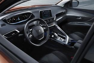 Chez Peugeot, l'instrumentation numérique, semblable au Virtual Cockpit d'Audi, sera en série dès le niveau de base.