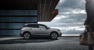 Le 3008 inaugure les nouveaux codes esthétiques de Peugeot. Il est possible d'avoir un toit peint en noir.