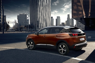 Peugeot lancera en 2018 une version hybride essence rechargeable.