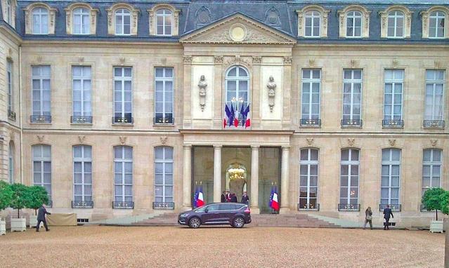 En octobre2014, quelques jours après sa révélation, le nouvel Espace avait fait une apparition en avant-première dans la cour de l'Élysée. À son bord: Emmanuel Macron, alors ministre de l'Économie.