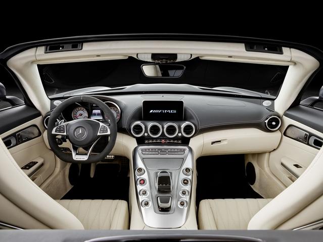 Petite nouveauté dans l'habitacle du roadster: une ambiance claire, avec une sellerie de couleur beige.