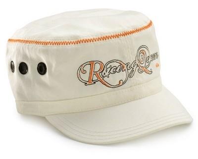 KTM à la plage : maillot de bain et casquettes.