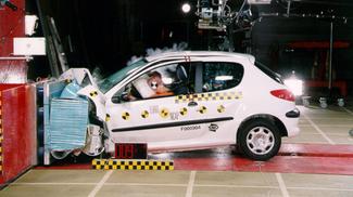 2000: la Peugeot 206 récolte 4 étoiles au crash-test. Bien, mais peut mieux faire.