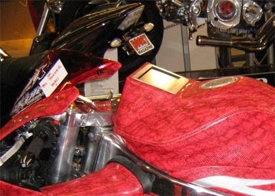 Salon de la moto 2007 les insolites :  R1 en cuir rouge version serpent