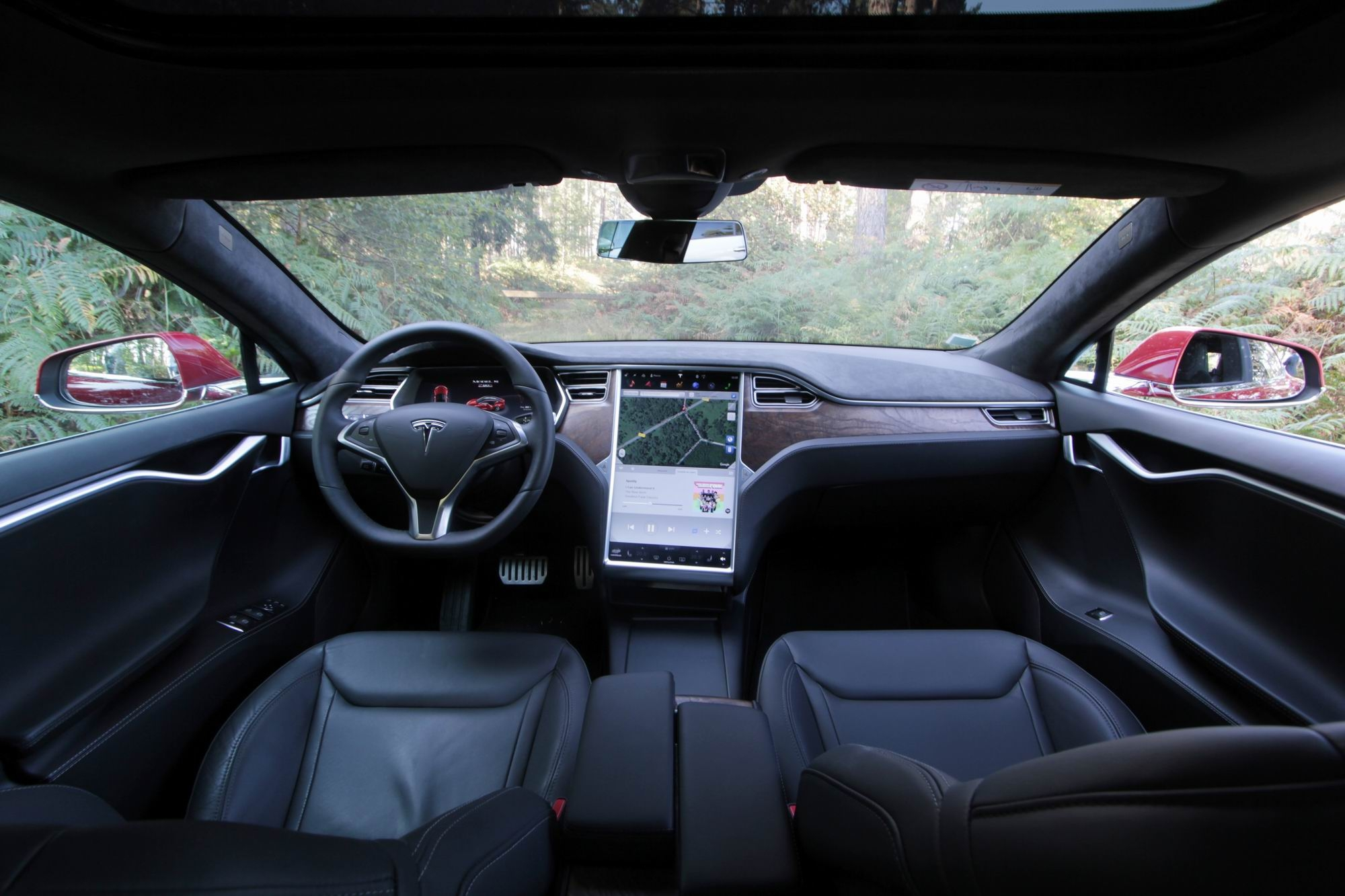 Essai vid o tesla model s restyl e 2016 le p trole c for Interieur tesla model s