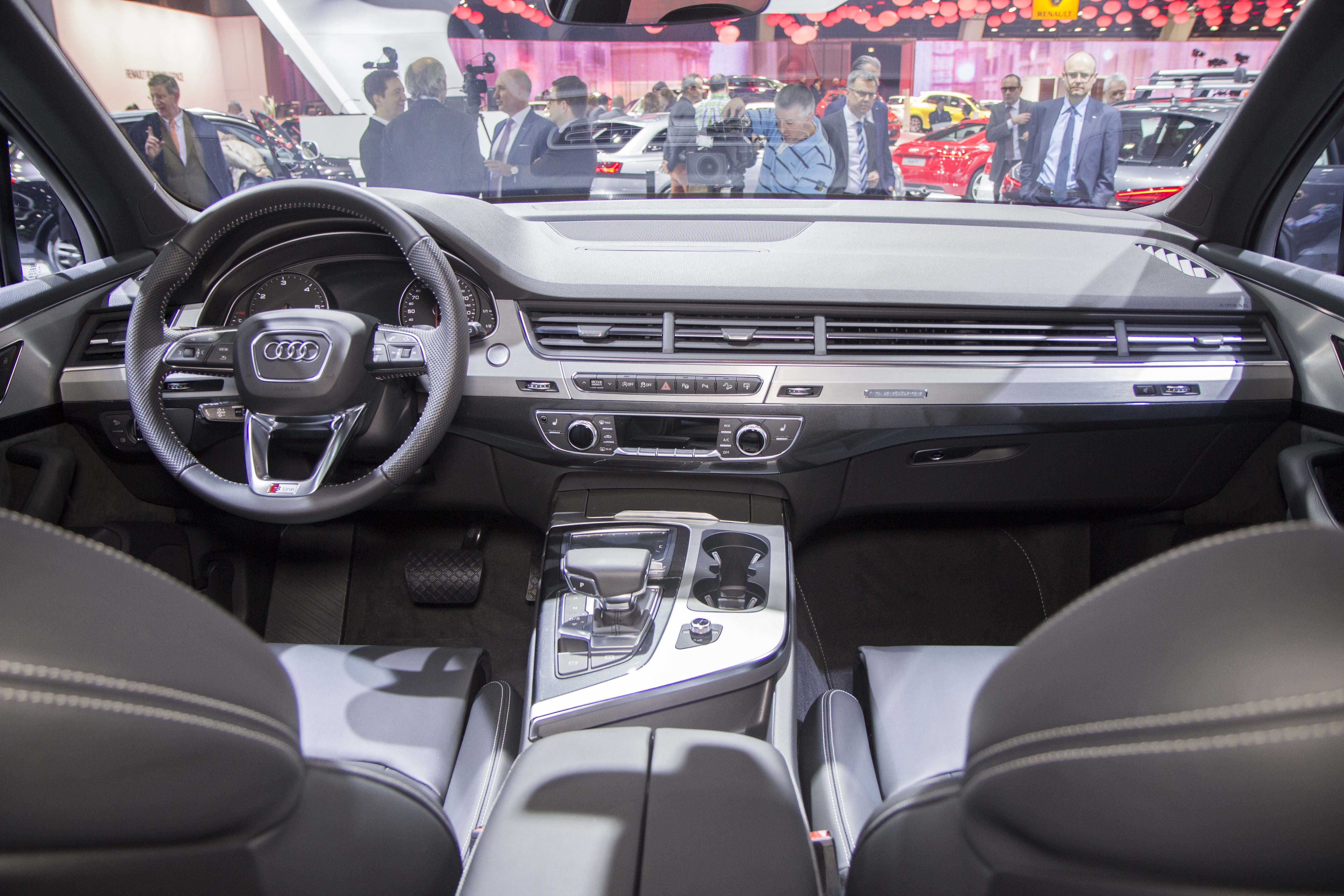 Vid o en direct du salon de bruxelles 2015 audi q7 la for Interieur q7