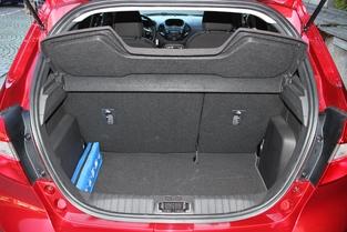 Le volume de coffre reste correct, avec 280 litres. C'est 5 litres de moins seulement qu'une Peugeot 208.