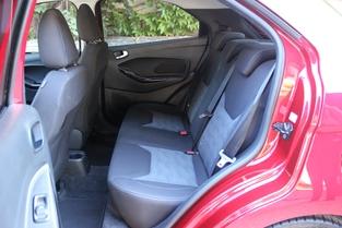 Les places arrière sont étonnamment spacieuses par rapport au gabarit. Les Clio, Polo font pâle figure à côté.