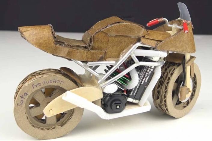 Vidéo: faire une moto en carton va vous occuper cet été.