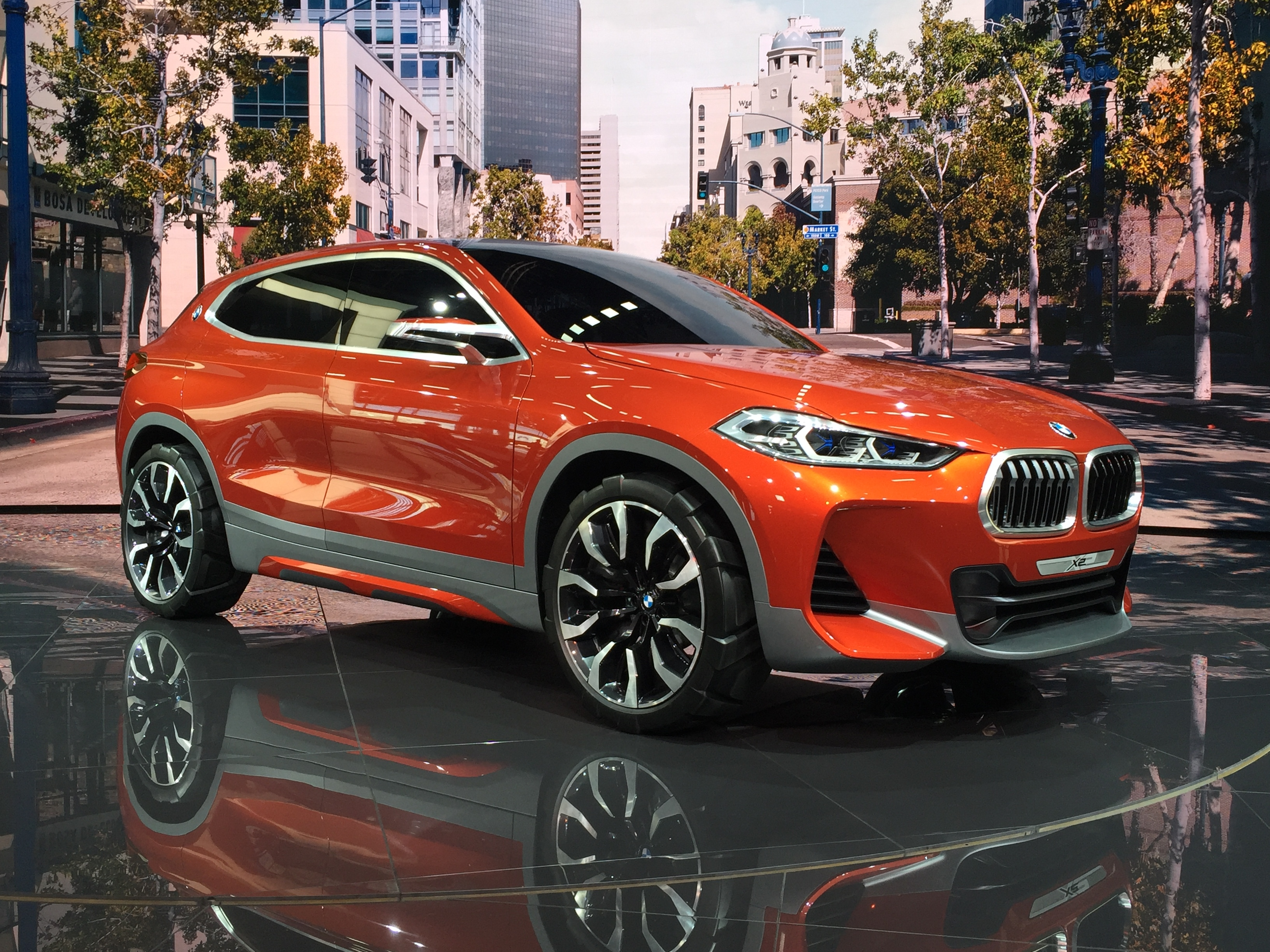 Bmw x2 prometteur vid o en direct du mondial de paris 2016 for Interieur x2