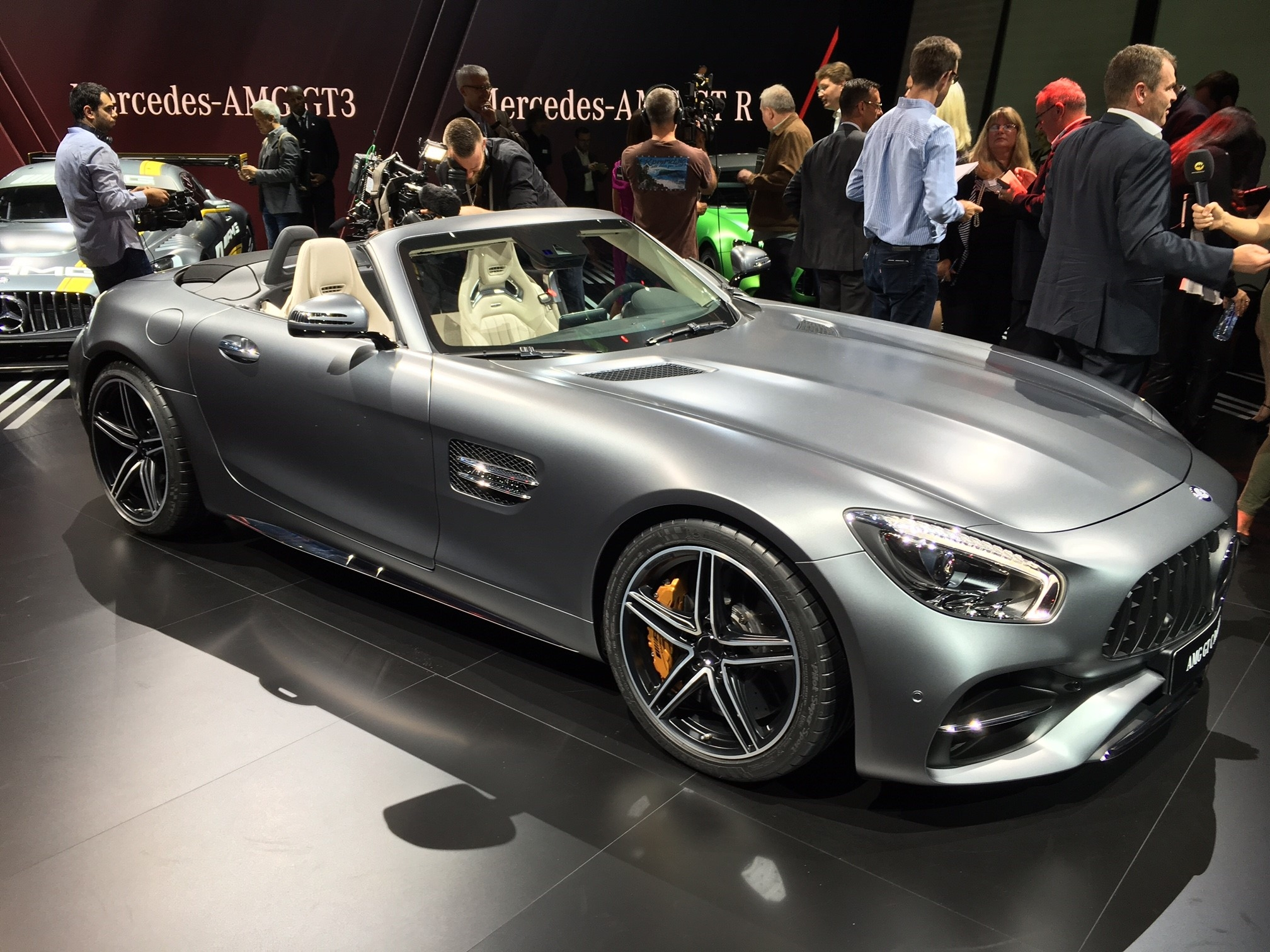 mondial de l 39 auto 2016 mercedes amg gt roadster d couvrez la premi re vid o en live. Black Bedroom Furniture Sets. Home Design Ideas