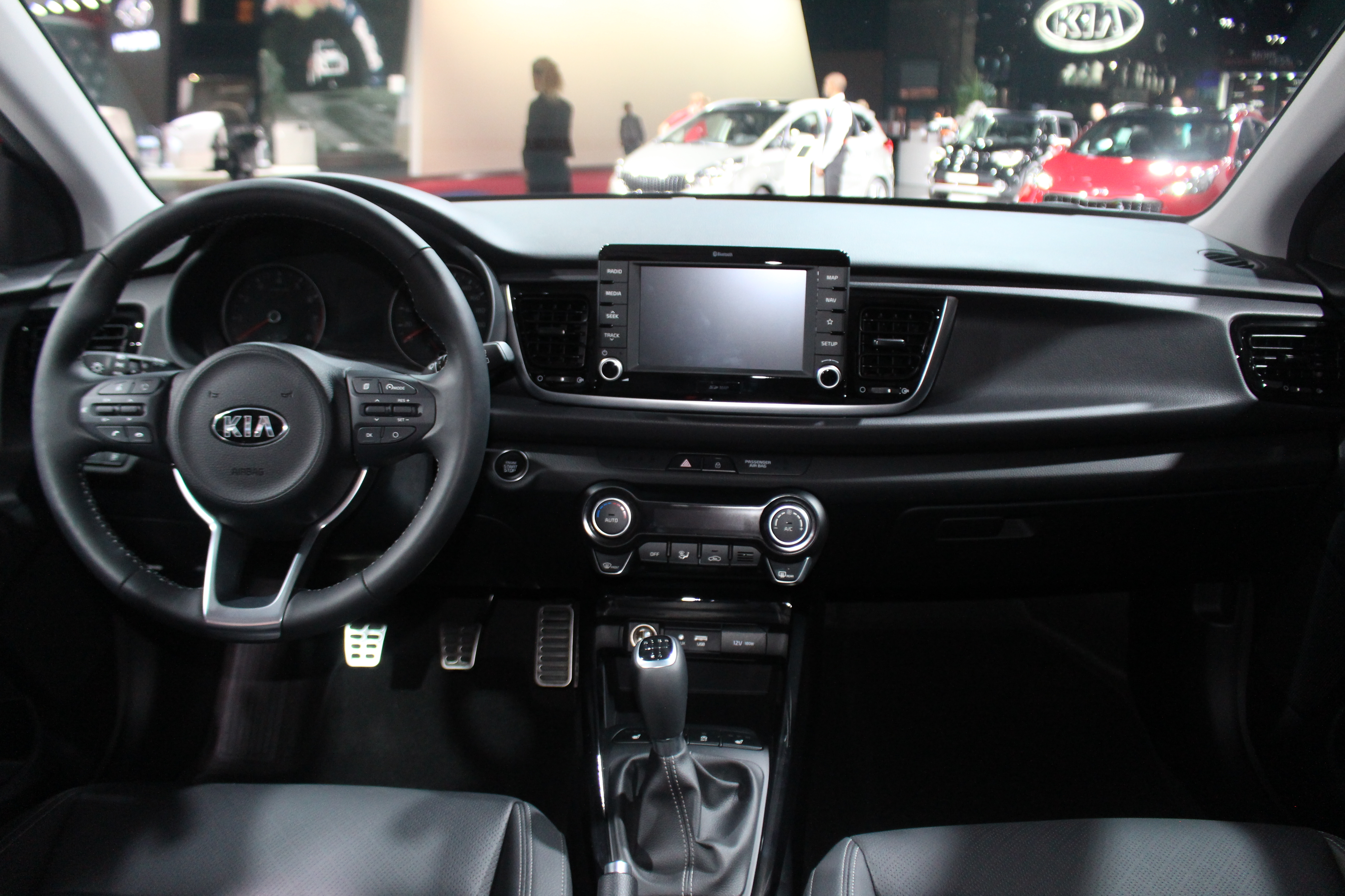 kia rio s rieuse vid o en direct du mondial de l 39 auto 2016. Black Bedroom Furniture Sets. Home Design Ideas