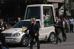 La papamobile : le véhicule officiel du pape Jean-Paul 2, une Mercedes spécialement conçue pour assurer sa sécurité et protéger le pape des éléments.