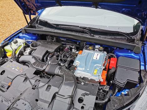 The plug-in hybrid unit develops 160 hp cumulatively.