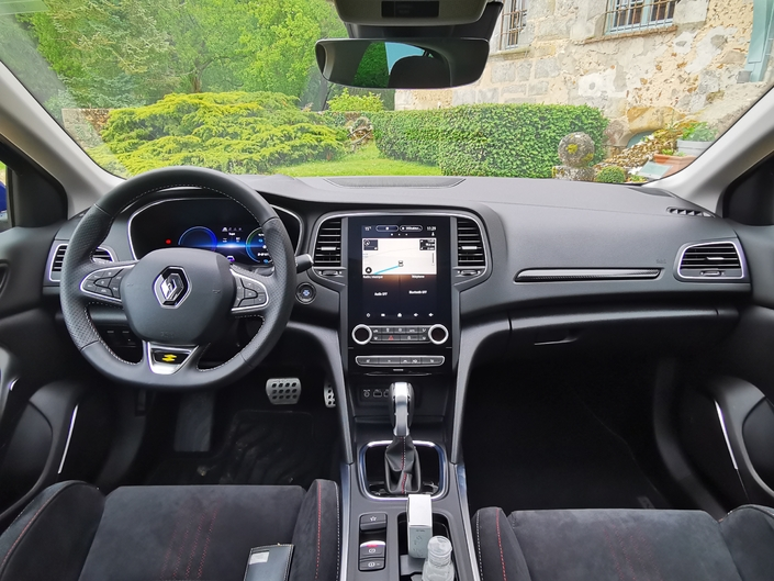 The interior has been revised: digital instrumentation, Easy Link multimedia system, new driving aids.  The quality of finish does not have to be ashamed against the competition, even from the Golf.