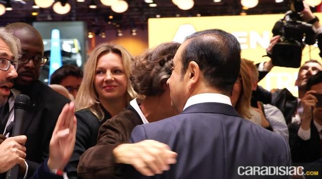 """Mondial de l'Auto 2016 - La question qui fâche à Carlos Ghosn, le patron de Renault-Nissan : """"Remboursez-moi mon Captur qui pollue trop selon France 2""""."""