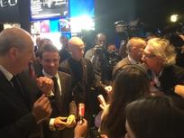 A droite, notre journaliste parvient à poser la question. Manuel Valls sourit.