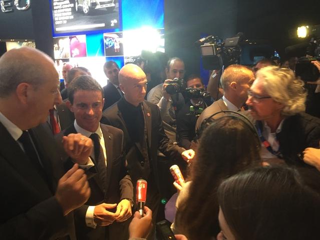 """La question qui fâche à Manuel Valls : """"Vous êtes sur le stand Peugeot qui produit de très bons monospaces à portes coulissantes. Mais le PS a préféré acheter un Volkswagen Sharan. Pourquoi ? """""""