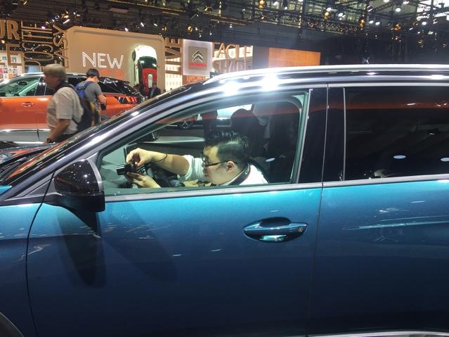 """Le i-Cockpit de la Peugeot 3008 susicite la curiosité des constructeurs asiatiques, qui dépêchent leurs """"espions"""" à bord..."""