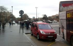 Déjà une demi-heure que rien ne se passe, alors que notre Berlingo stationne à quelques mètres de la Tour Eiffel. De plus, il gêne les bus, ce qui en temps normal justifierait une mise en fourrière. Notez la 307 (vide) de la police garée derrière.