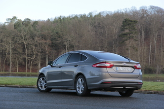 Comparatif vidéo - Ford Mondeo 4 VS Volkswagen Passat 8 : duel d'outsiders
