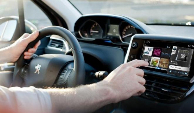 """Peugeot travaille sur des autos """"ultra connectées"""" et plus autonomes pour 2015"""