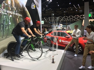 Défi cycliste: pédaler le plus vite pour être le premier à remplir la jauge.