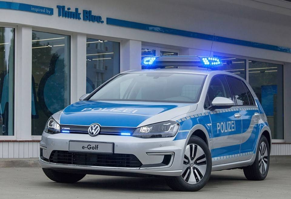 des volkswagen golf lectriques pour la police albanaise. Black Bedroom Furniture Sets. Home Design Ideas