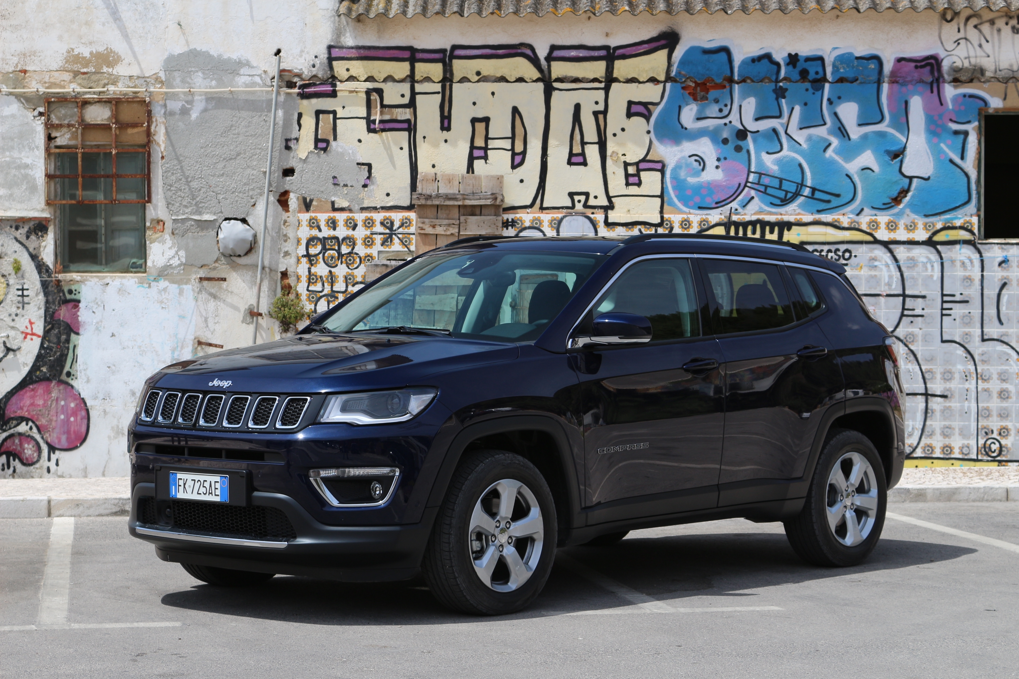 le jeep compass arrive en concession la grenouille a perdu le nord. Black Bedroom Furniture Sets. Home Design Ideas