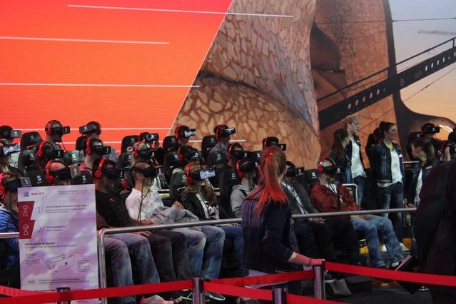 Des casques de réalité virtuelle apparaissent pour familiariser le public avec la conduite autonome.