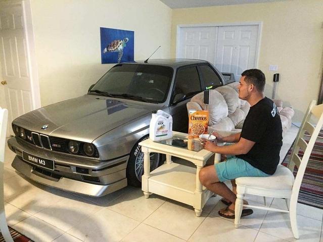 Insolite : il range sa BMW M3 dans sa maison pour la protéger de l'ouragan Matthew