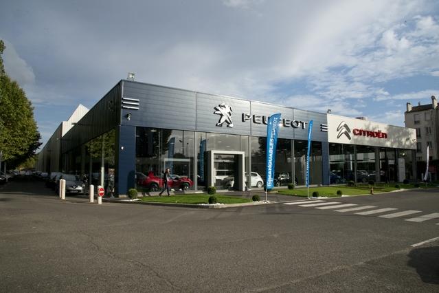 Le site PSA Paris Nord Pleyel dispose de 1000 m2 pour exposer les marques Peugeot, Citroën et DS. Il vise aussi bien le marché des particuliers que celui des entreprises, en progression ces dernières années en Ile-de-France.