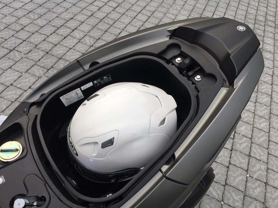 La capacité du coffre s'agrandit légèrement, il est désormais possible d'y loger un casque intégral.