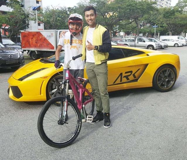 Insolite : il saute à vélo sur une Lamborghini Gallardo