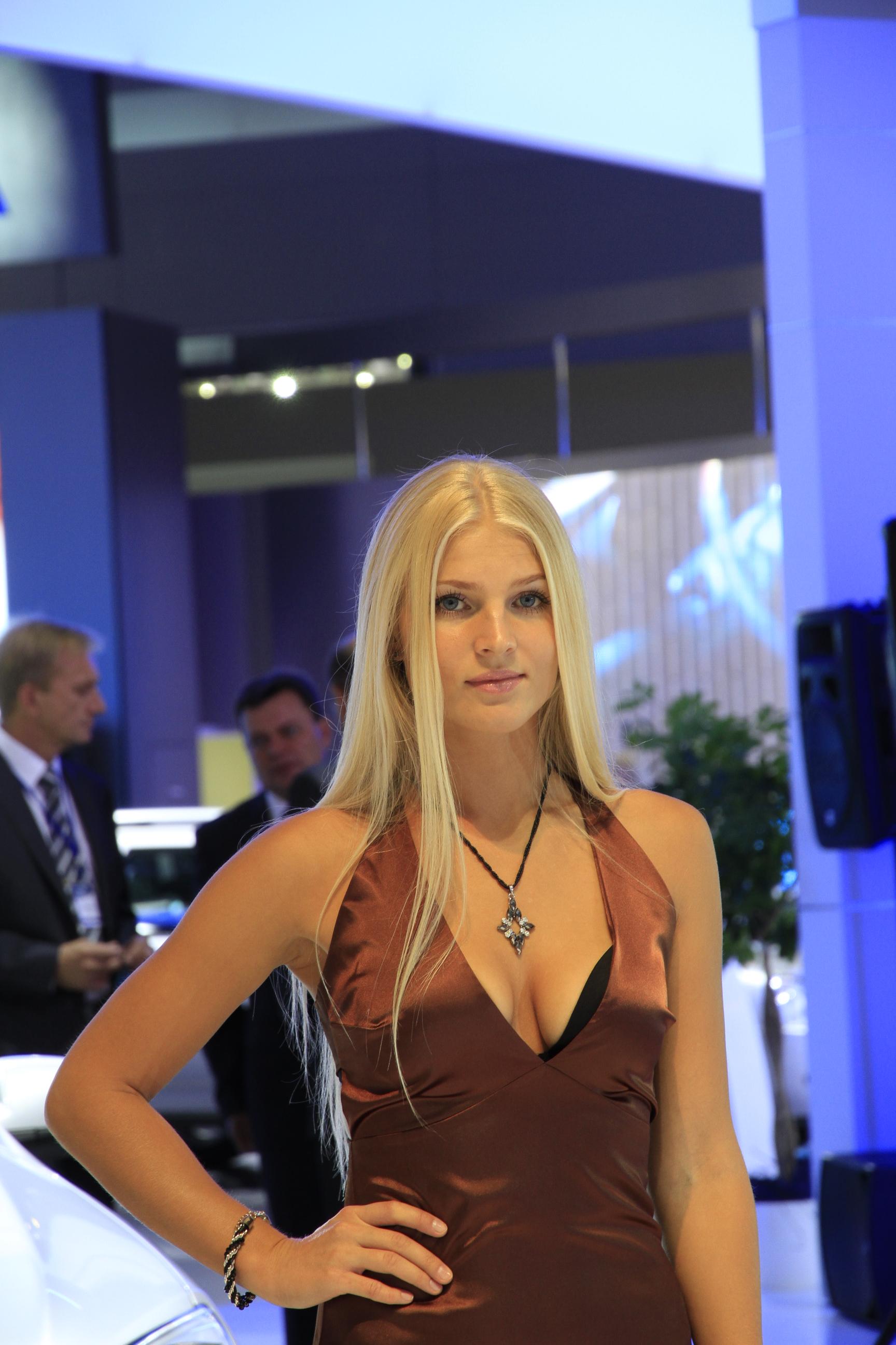 Salon de moscou 2012 live les h tesses moins aguicheuses for Hotesse pour salon