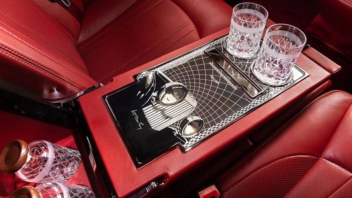 À côté des verres, on aperçoit le morceau du vilebrequin en provenance de la Bentley 8 Litre, dont la calandre est représentée juste au-dessus.