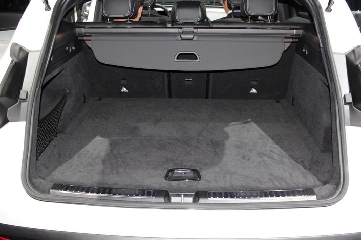 Un coffre au volume de 500 litres et une banquette arrière rabattable en 3 parties font de l'EQC une véritable familiale.