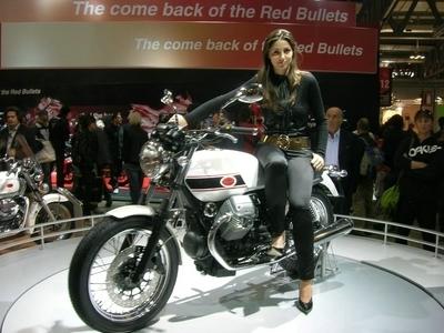Salon de Milan : les girls du salon ... Moto Guzzi V7 Classic 2008