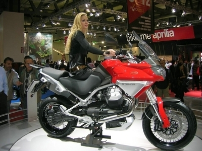 Salon de Milan : les girls du salon ... Moto Guzzi Stelvio