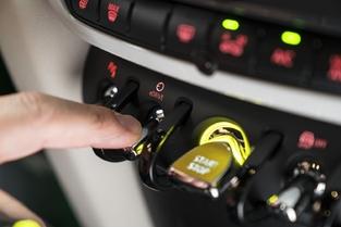 À côté du bouton de démarrage, la commande pour choisir le mode de fonctionnement de la mécanique.