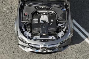 L'auto ne résiste pas à la mode du downsizing. Le V8 5.5 est remplacé par un V8 4.0. Mais la puissance maximale grimpe de 585 à 612 ch.