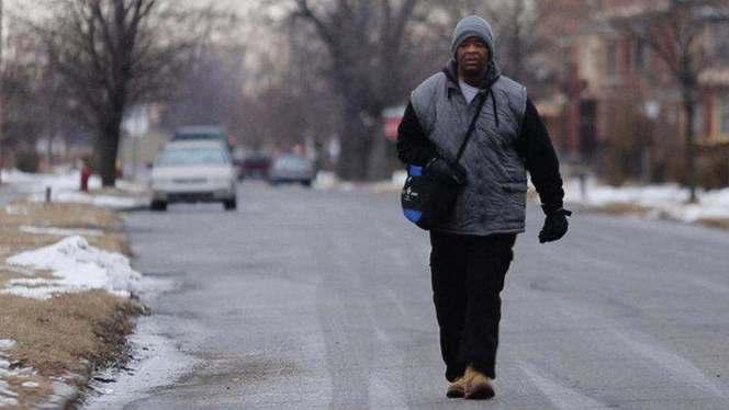 Insolite : un homme qui parcourait 30 kilomètres à pieds par jour pour travailler reçoit une Ford Taurus