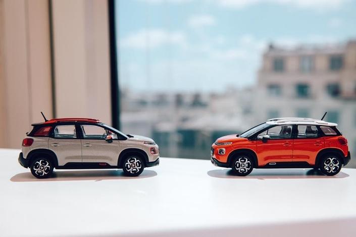 Citroën vient de mettre en vente ces miniatures. On voit bien des protections en bas des portes, qui intègrent un élément qui reprend la couleur du toit, comme sur la C3.