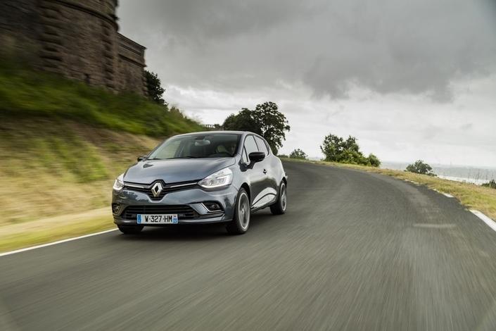 """La Renault Clio, un classique du genre moins """"haut de gamme"""" que la nouvelle Volkswagen Polo."""