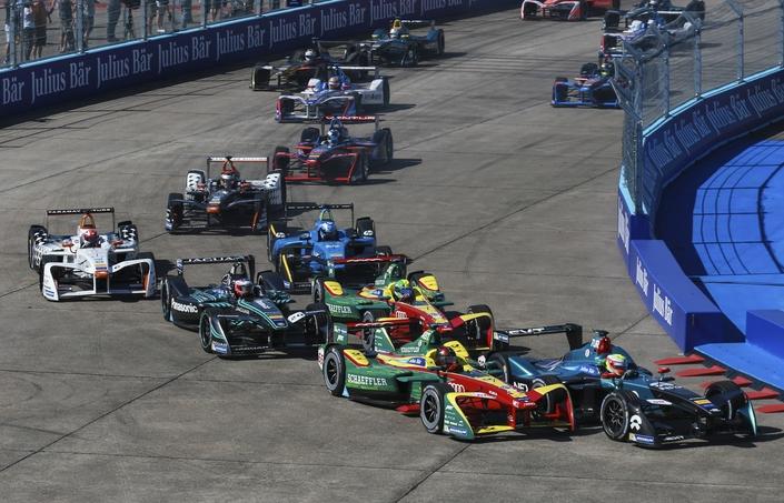 Les courses de Formule E offrent de belles empoignades. Pour l'ePrix de Berlin, le circuit a été tracé sur les pistes de l'aéroport désaffecté de Tempelhof.