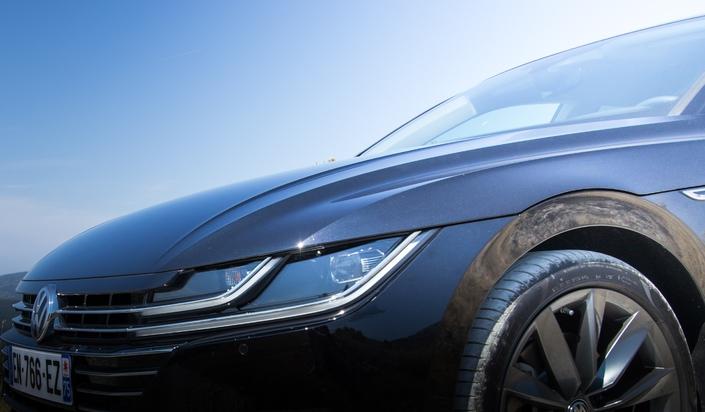 Le capot déborde sur les ailes, un détail qui participe au style original de l'auto.