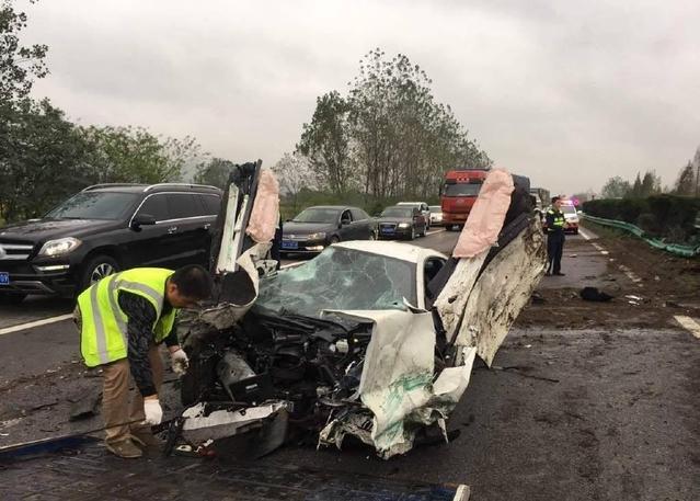 Crash : une McLaren 570S totalement détruite à Shanghai