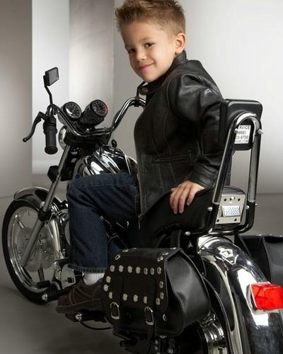 Two-Seater Motorcycle : les gosses vont la jouer Biker, cuir à franges et tatouages