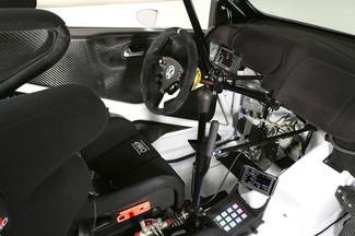 Les leviers centraux verticaux commandent frein à main et boîte de vitesse. Le second disparaît en 2015, au profit de palettes au volant, comme en Formule 1 (absentes ici).