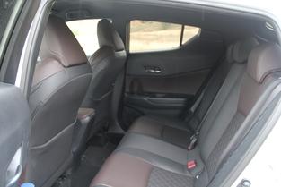 L'espace à l'arrière est très correct pour deux passagers.
